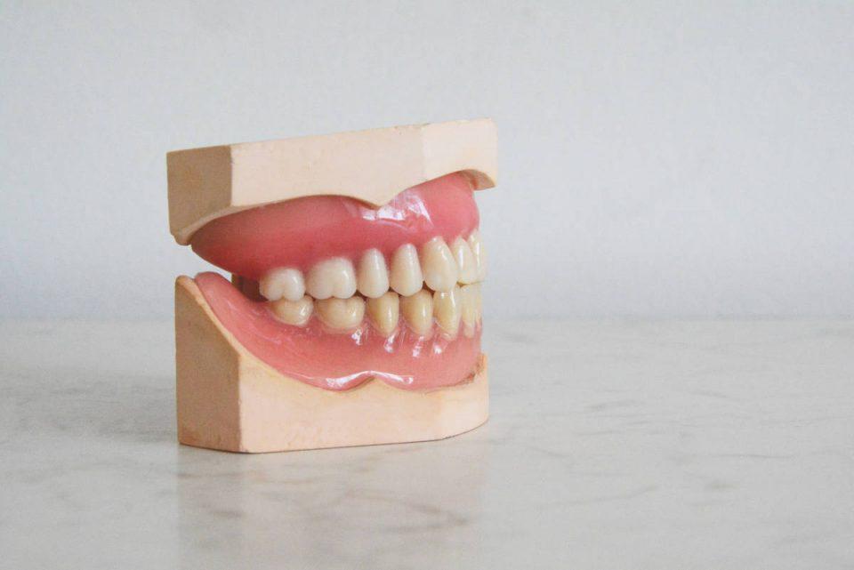Zahnprothese auf hellen Hintergrund