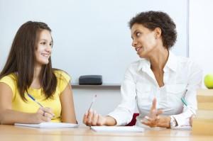 Beratungsgespräch im Berufsinformationszentrum zwischen einem jungen Mädchen und einer Beraterin