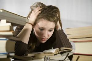 Mädchen beim Lernen zwischen Büchern