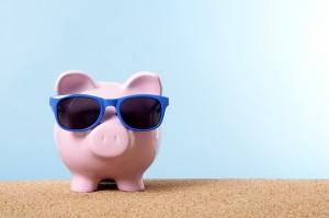 Sparschwein mit Sonnenbrille auf der Nase