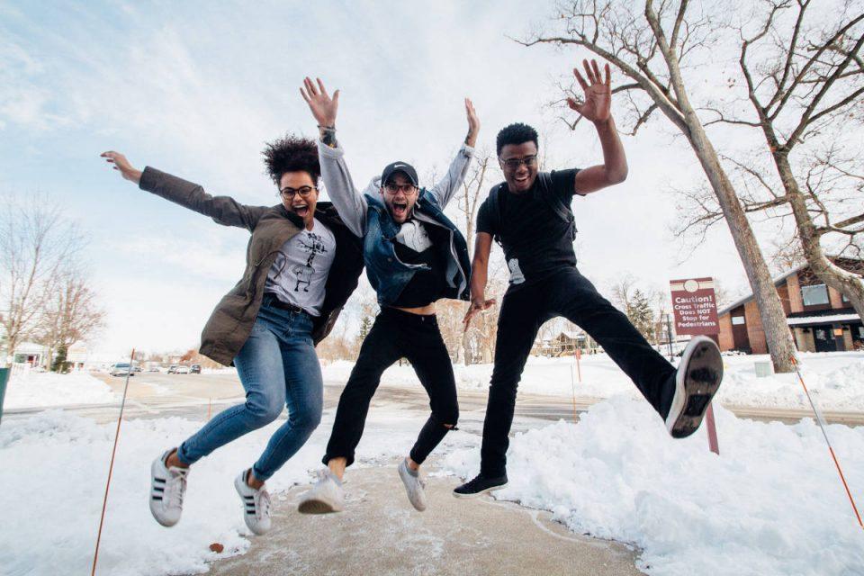 3 springende Jugendliche
