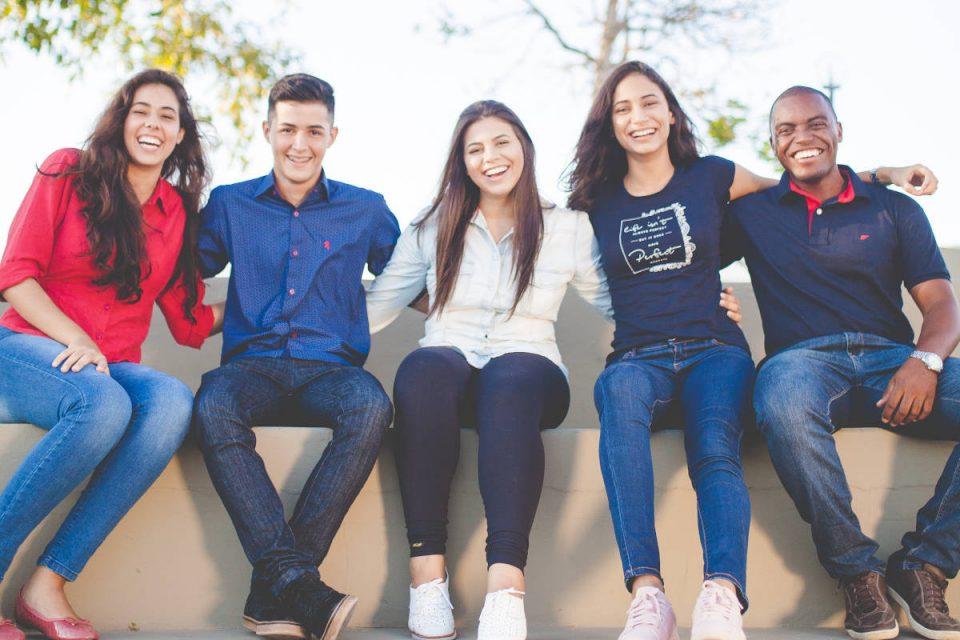 5 junge Menschen lächeln