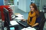 Junge Auszubildende am Büro-Schreibtisch