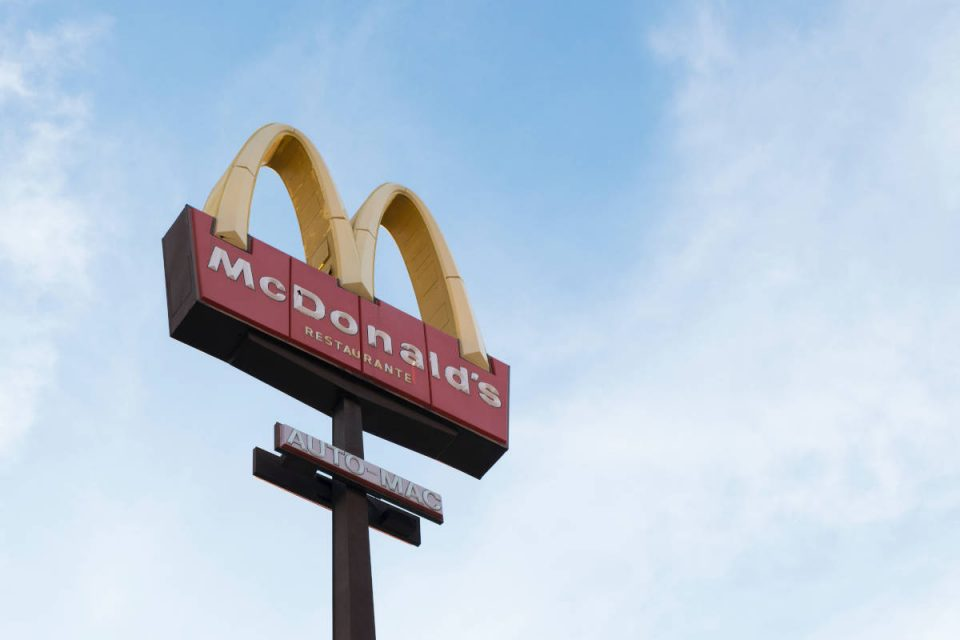 McDonalds Schild vor blauem Himmel