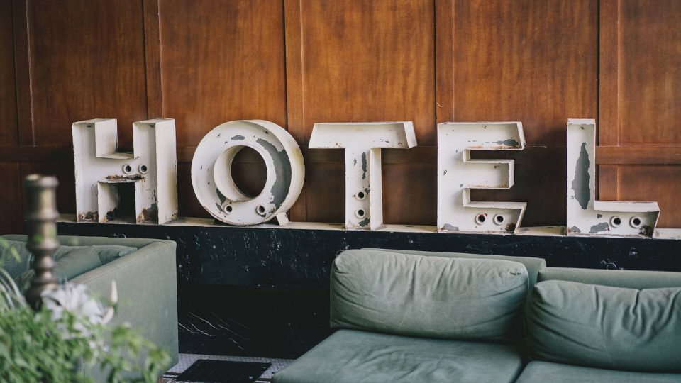 Hotelschild an der Wand