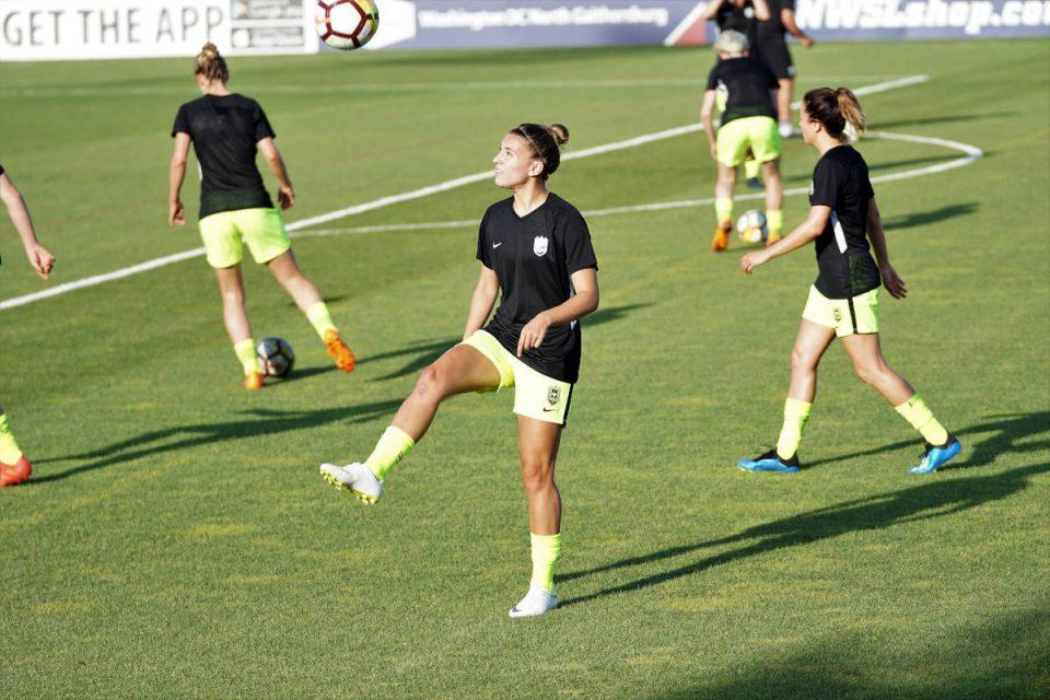 weiblicher Fußballclub auf dem Rasen