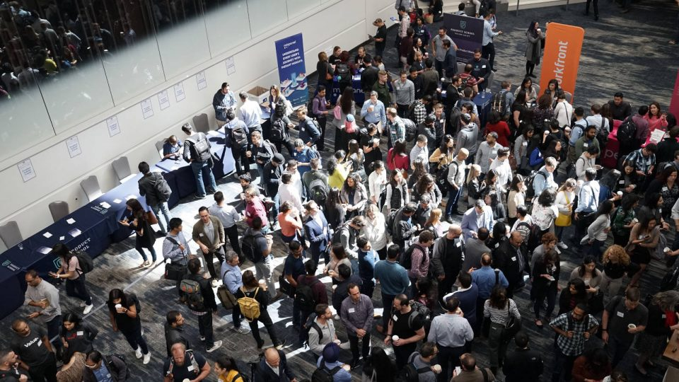 Menschen stehen in großem Saal