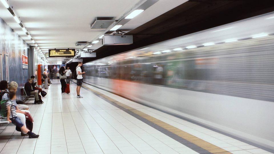 U-Bahn Haltestelle Köln Hbf Bahn fährt durch