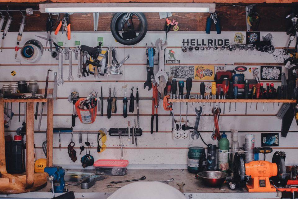 Werkzeuge hängen an Wand