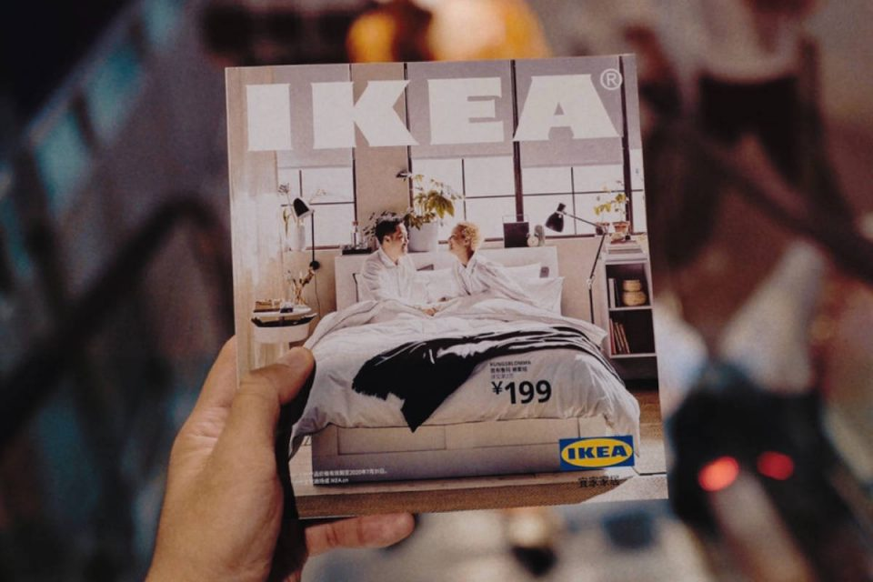 Person hält IKEA Magazin in der Hand