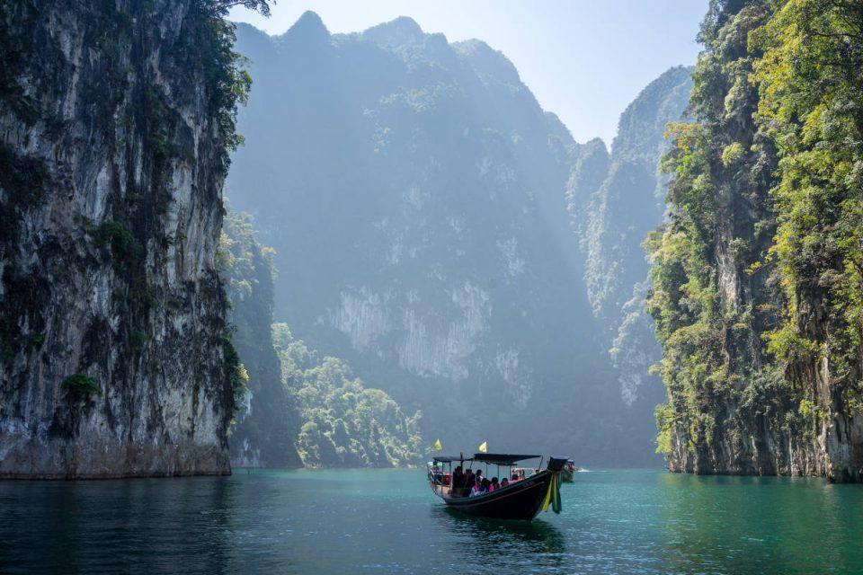 Boot auf Meer zwischen Felsen in Thailand