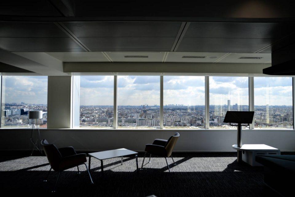 Büroraum mit zwei Stühlen und weitem Blick