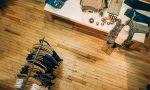 Blick von oben auf Kleiderstange und Tisch