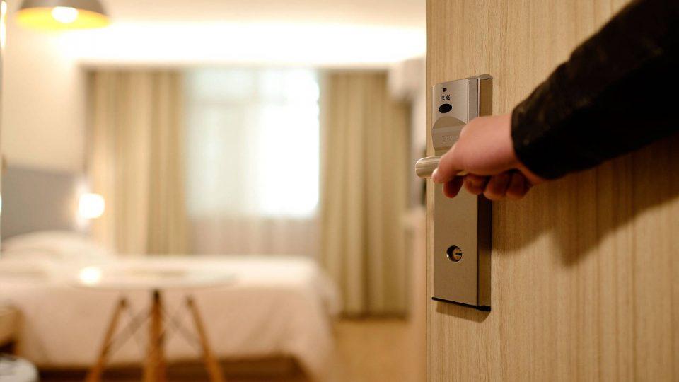 Mann öffnet Hotelzimmertür
