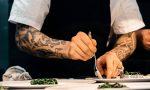 Koch richtet Teller in Restaurant an