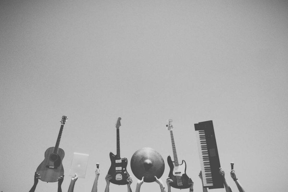 Musikinstrumente werden über Kopf in die Luft gehalten