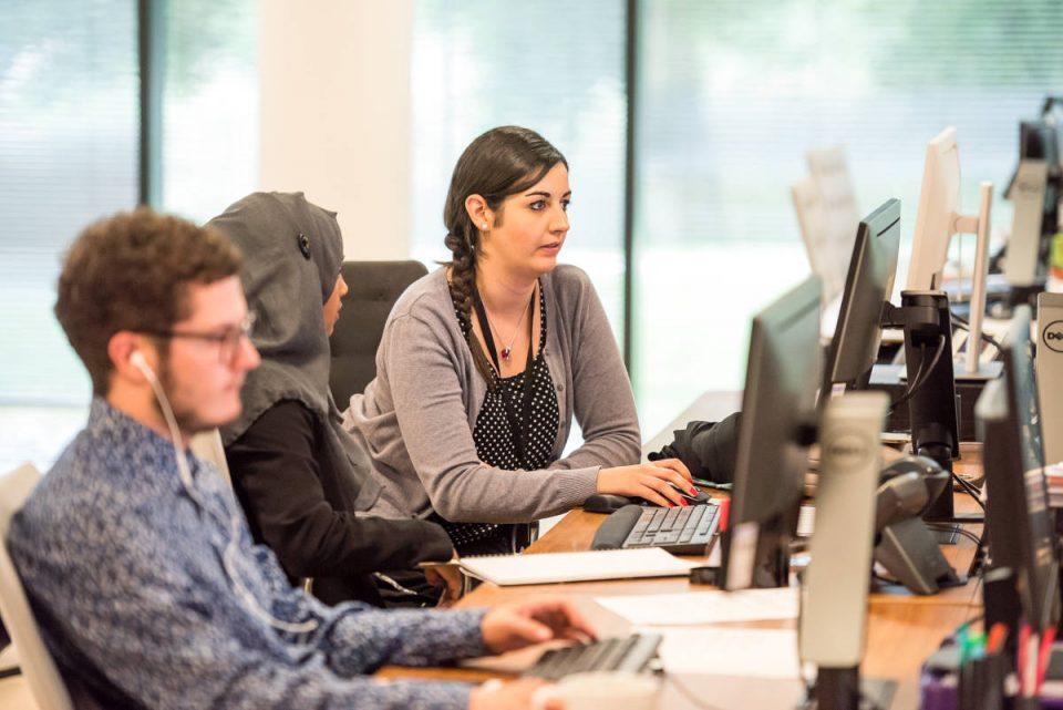 Personen arbeiten in Büro an Computern