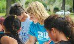 Blonde Frau spricht mit Kindern