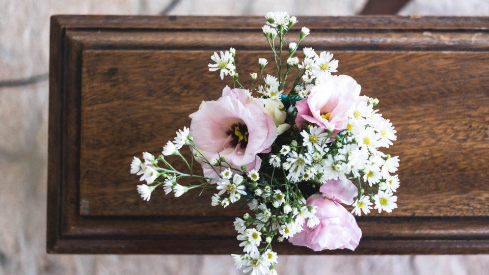 Blumengesteck auf Sarg