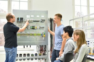 Auszubildende Elektrotechniker