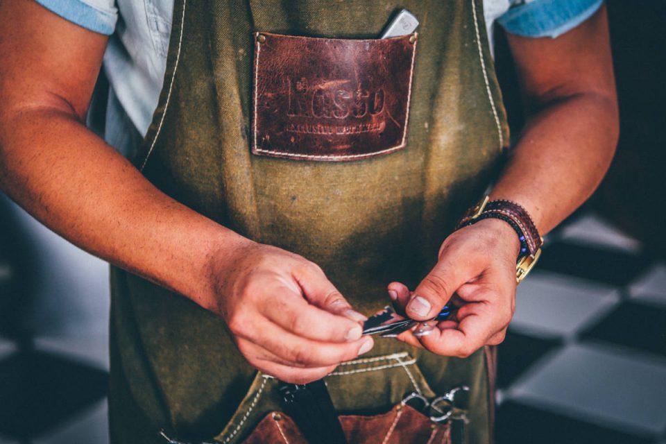 Handwerker hält schwarze Metallrahmen