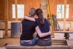 Zwei Freundinnen beim Renovieren