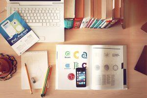 Geordneter Schreibtisch beim Lernen
